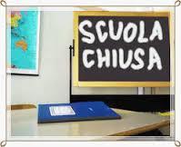 lavagna con scritto scuola chiusa